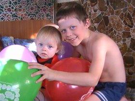 Ник и Лиза с шариками.
