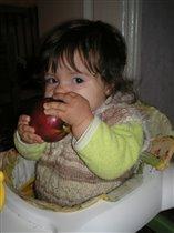 Яблочко красное,сочное,Откусить надо срочно мне!