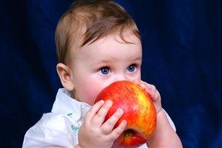 ну какое вкусное яблоко.