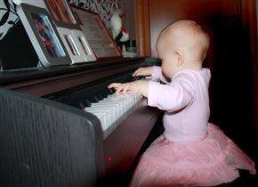 Мой маленький Моцарт.Виолетте 8 месяцев.