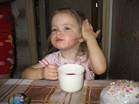 Я уже такая большая - сама из чашки пью!