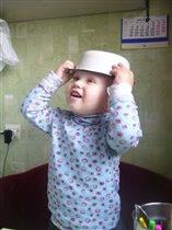 Пока мама готовит, примерю новую шляпку))
