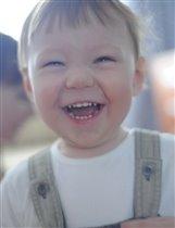 Счастье жизни детский смех,  он несет тепло и свет