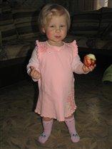 Смакую наливное яблочко, жаль не новый урожай