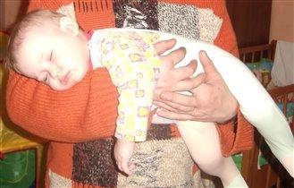 Самый сладкий сон - у папы на руках!