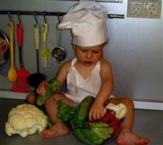 Мама так устала, пришлось салат делать самому!