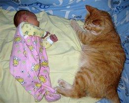 Спится хорошо малышке, под присмотром кота Тишки