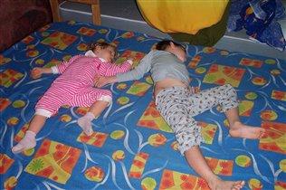 брат и сестра - даже спим одинаково