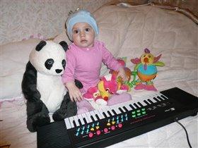 Диана играет