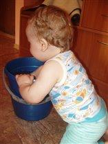маме надо помогать, помыть полы например
