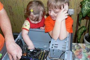 младшее поколение учит старшее как собирать комп