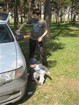 Кирюша помогает папе протиреть машину