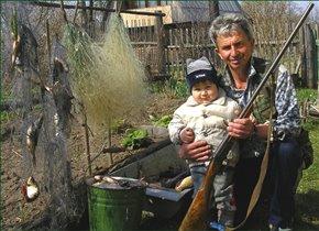 Дедушка обучает Фёдора охотничьему промыслу.