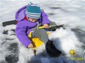 На зимней рыбалке. Ой, а она шевелиться!!!