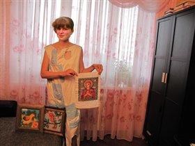 Мама-рукодельница  вышивает и шьет
