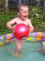 Любит Алёшка играть в бассейне 1