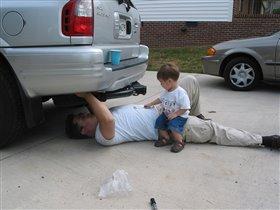 Я чиню машину, а папа мне помогает.
