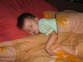 Как сладко спать в маминой кроватке!