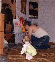 помогаю папочке пылесосить