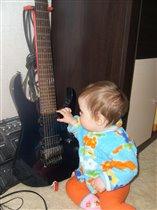 Играю на гитаре,пока папа не видет.