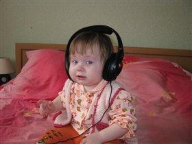 'А не послушать ли музыку, пока папы рядом нет?!'