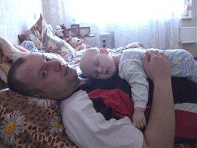 Спать на папе хорошо - мягко и тепло