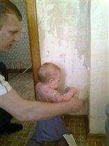 Обои на кухне сдираю, папе я помогаю