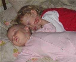 Тишина и покой, сестрёнки спят вдвоём.