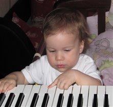 Будущая пианистка...