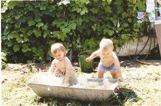 Веселое купание на даче