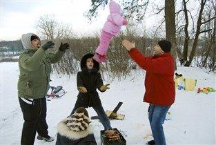 как папы играют с дочками)))