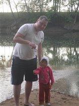 дочка помогает папе ловить рыбу