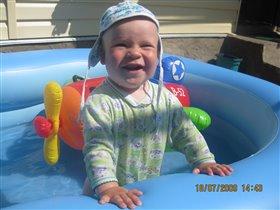 Лётчик Миша полетал и в бассейне мыться стал.
