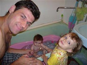 Мы купаем нашу Агату всей семьей