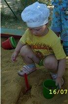 Танюша изучает песок...