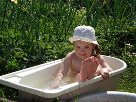 Вокруг меня  клубника растет,ванна моя,мой огород!