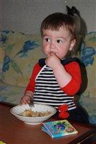 Мама вкусненько готовит макарошки )))