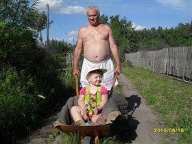 Вот так мы отдыхаем с дедом на даче!!!!!