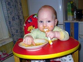 За едой и ручки и ротик заняты делом