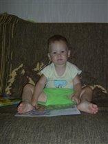 Мой малыш с книгой в руках.