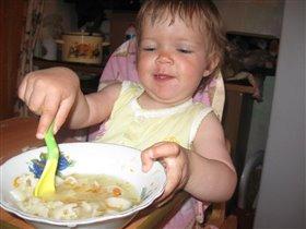 Анютка 1 год и 2 м. Учимся кушать ложкой