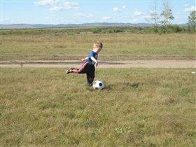 Начинающий футболист Женюшка