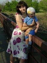 Егорка очень любит смотреть на проезжающие поезда.