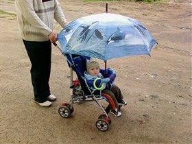 На прогулке с зонтом.