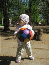 хоть я и девочка, но тоже люблю играть в футбол!