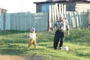 В футбол играет и стар и млад!