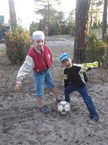 Мы футболисты-народ плечистый!