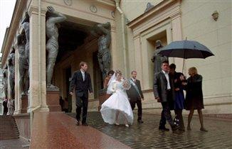 Мы с тобой под зонтом, а молодым...и так хорошо:)