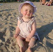сижу на песочке, загораю на солнышке