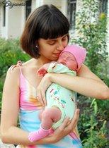 Маленький комочек счастья в маминых объятьях